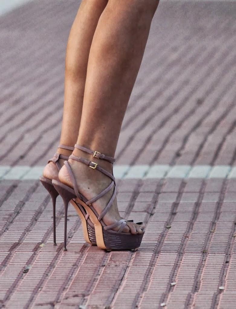 muestro podéis observar unas sandalias tacón de aguja llevado al extremo, con un diseño único, peculiar, original y aunque parezca imposible caminar con